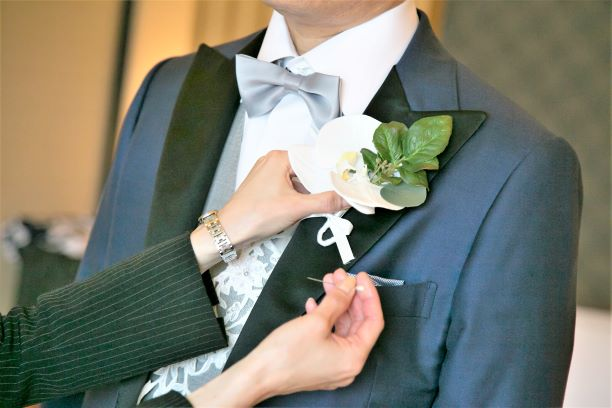 結婚式でブートニアを手作りに!簡単!選び方や作り方もご紹介